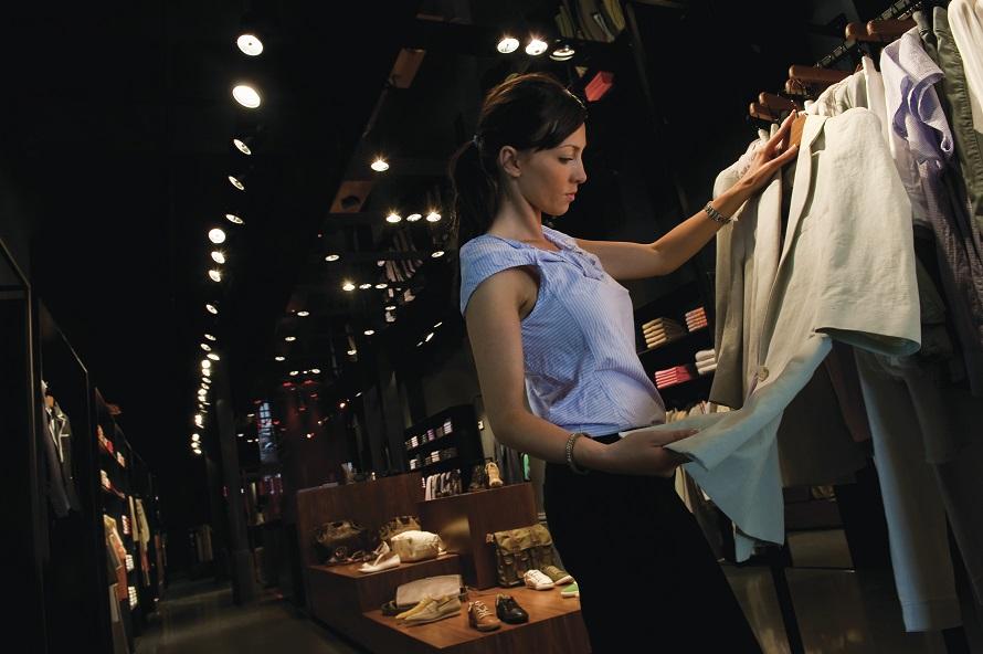 Barcelona. Armand Basi - una noia mirant roba © Catalan Tourist Board - Marc Castellet